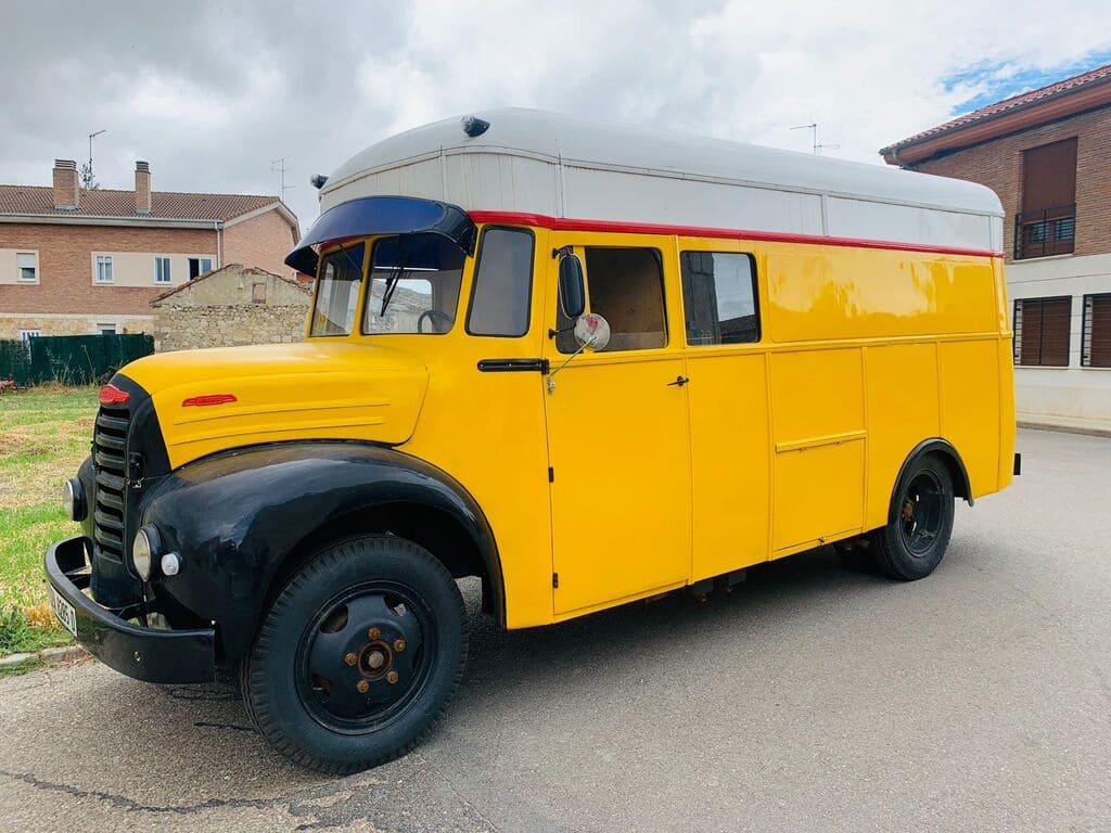 Foto fontal de una Food truck Ebro B 45